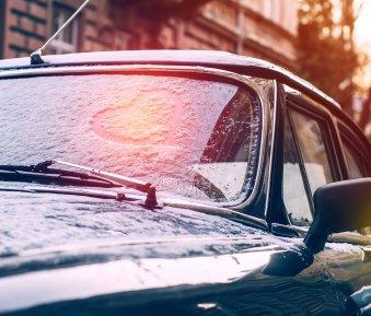 Eis & Schnee vom Auto nicht entfernt: mit welchen Strafen Sie rechnen müssen