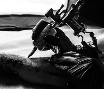Tattoos & Piercings – ab wann sind sie in Österreich erlaubt?