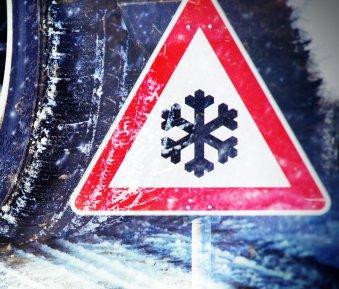 Verkehrsunfall & keine Winterreifen montiert: Das kann teuer werden!